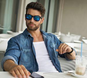 gutaussehender Mann mit Sonnenbrille