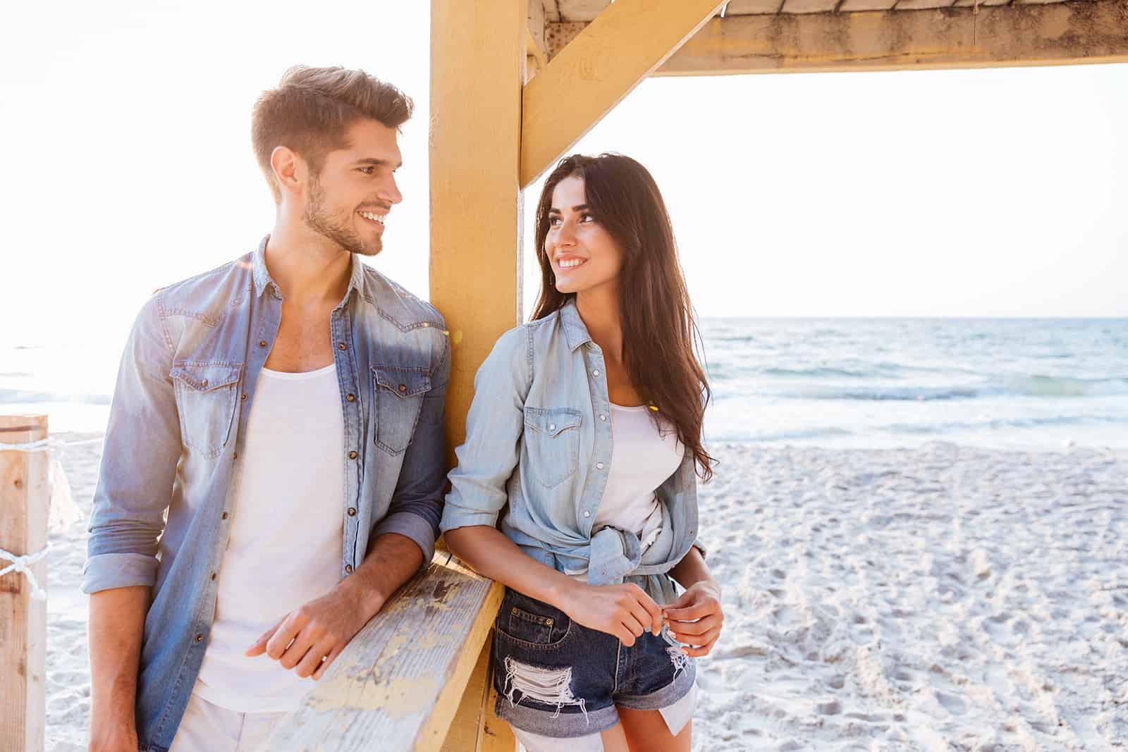 Ein Mann und eine Frau flirten, während sie sich ansahen