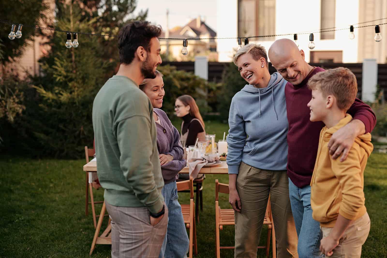 Ein Mann, der seine Freundin seiner Familie beim Familienessen vorstellt