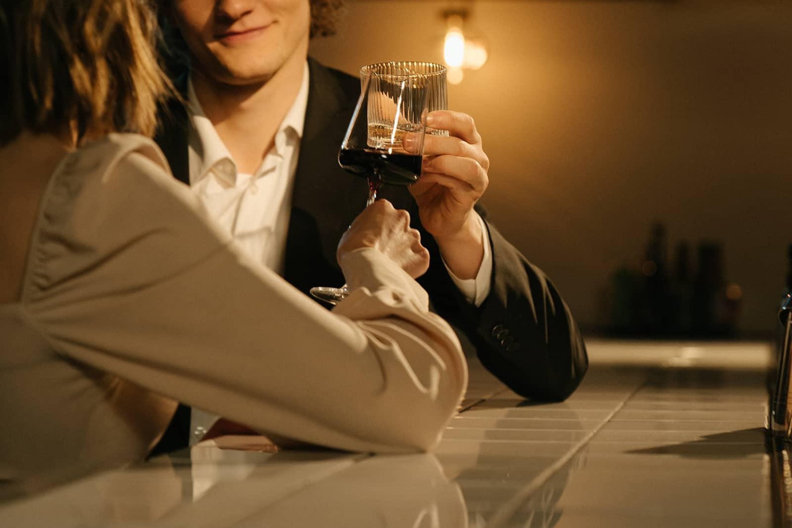 Ein Mann und eine Frau, die beim Flirten mit Wein rösten