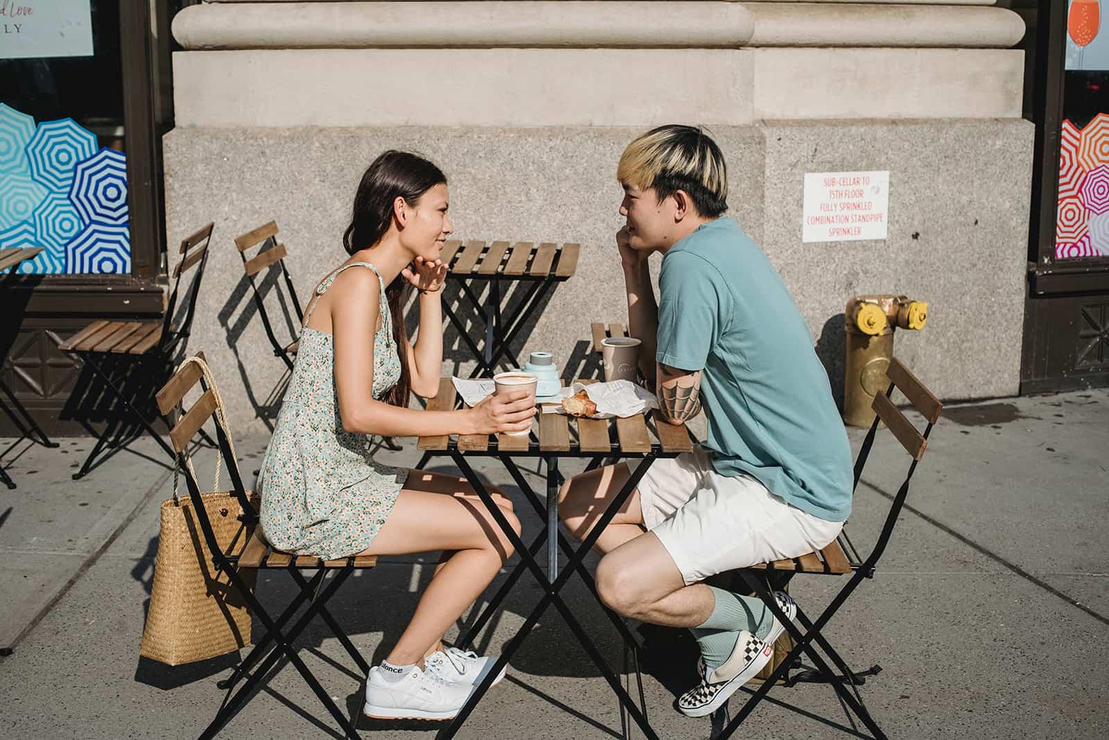 Ein Mann und eine Frau schauen sich bei einem Date in einem Café in die Augen