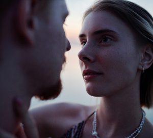 eine Frau und ein Mann, die sich ansehen