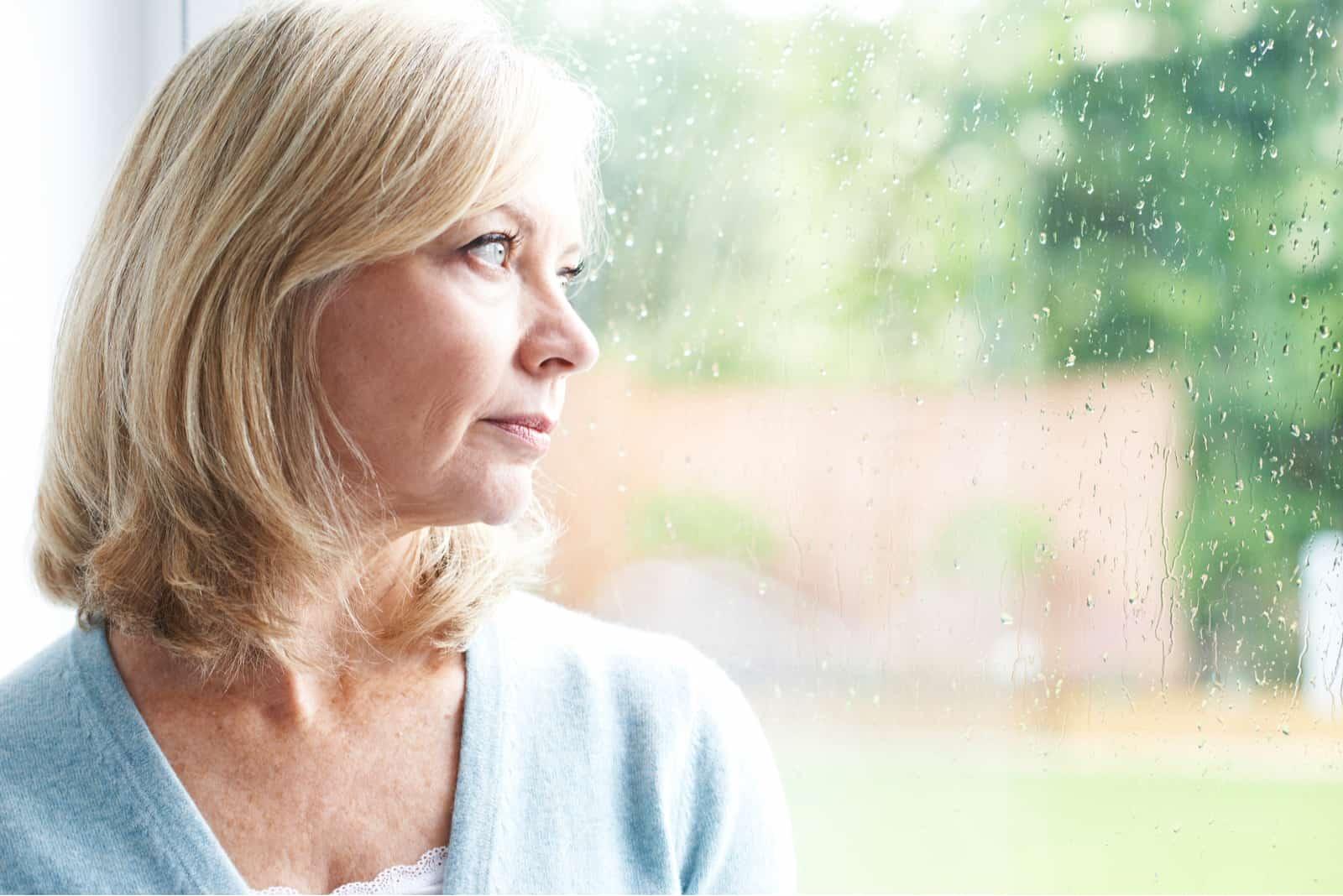 Frau, die durch das Fenster schaut9