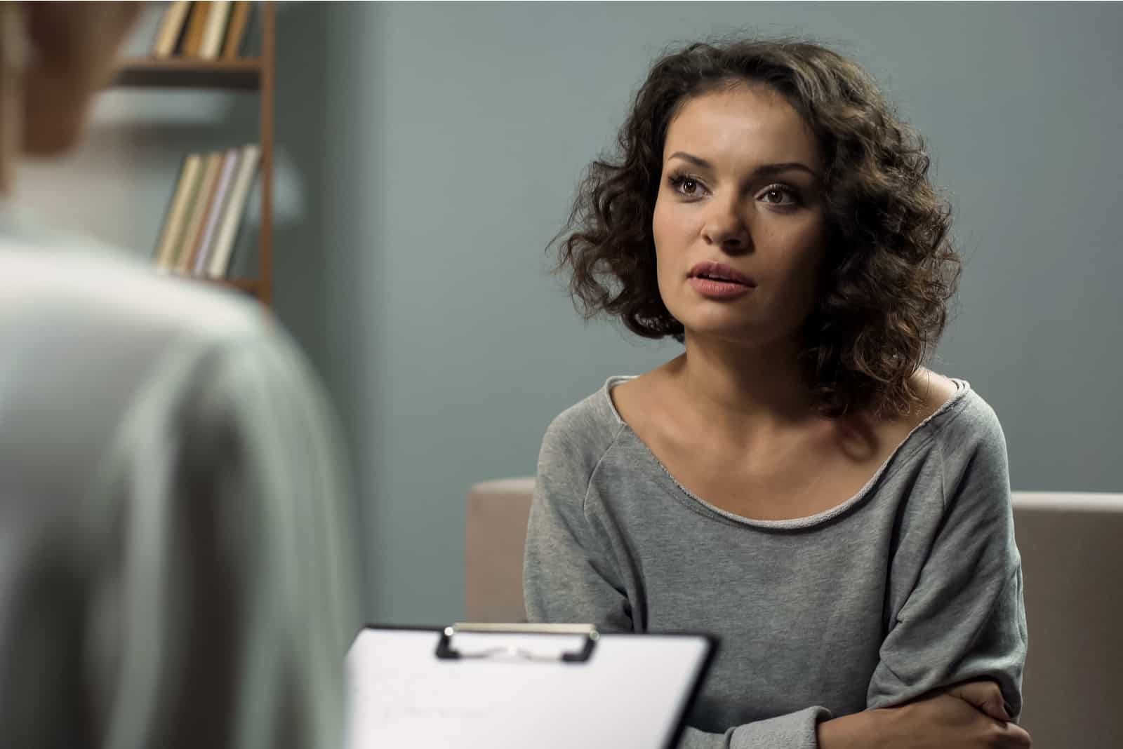 Frau im Gespräch mit Therapeutin