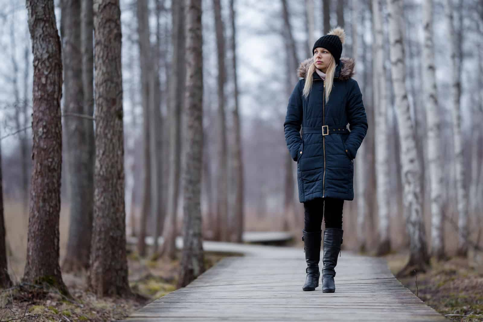 Frau in dunkler warmer Kleidung geht langsam