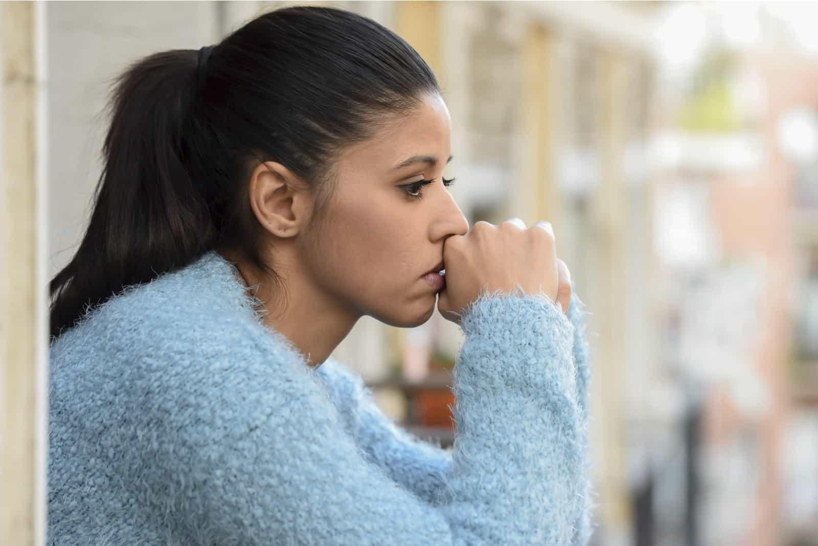 Frau leidet an Depressionen, die nachdenklich und frustriert aussehen