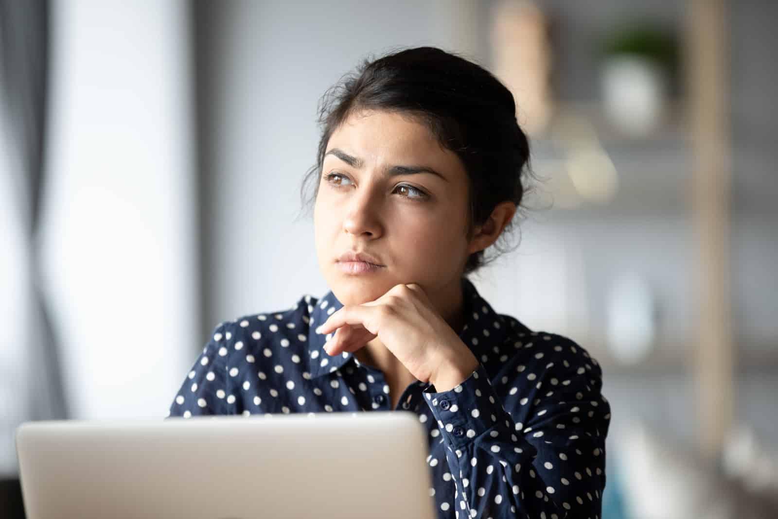Frau von Computerarbeit abgelenkt Blick in Fenster Distanz denken