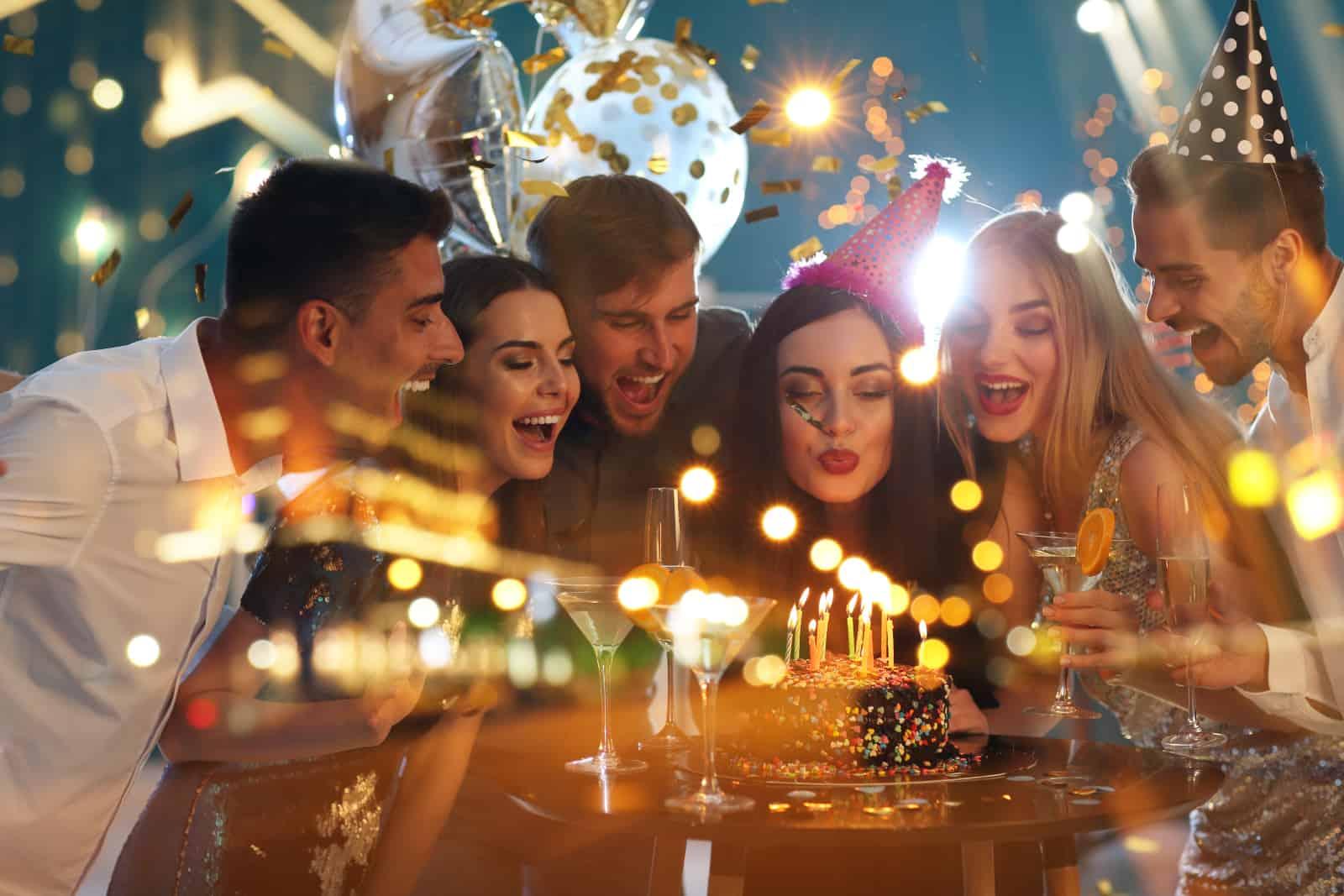 Freunde, die Geburtstagskerzen ausblasen