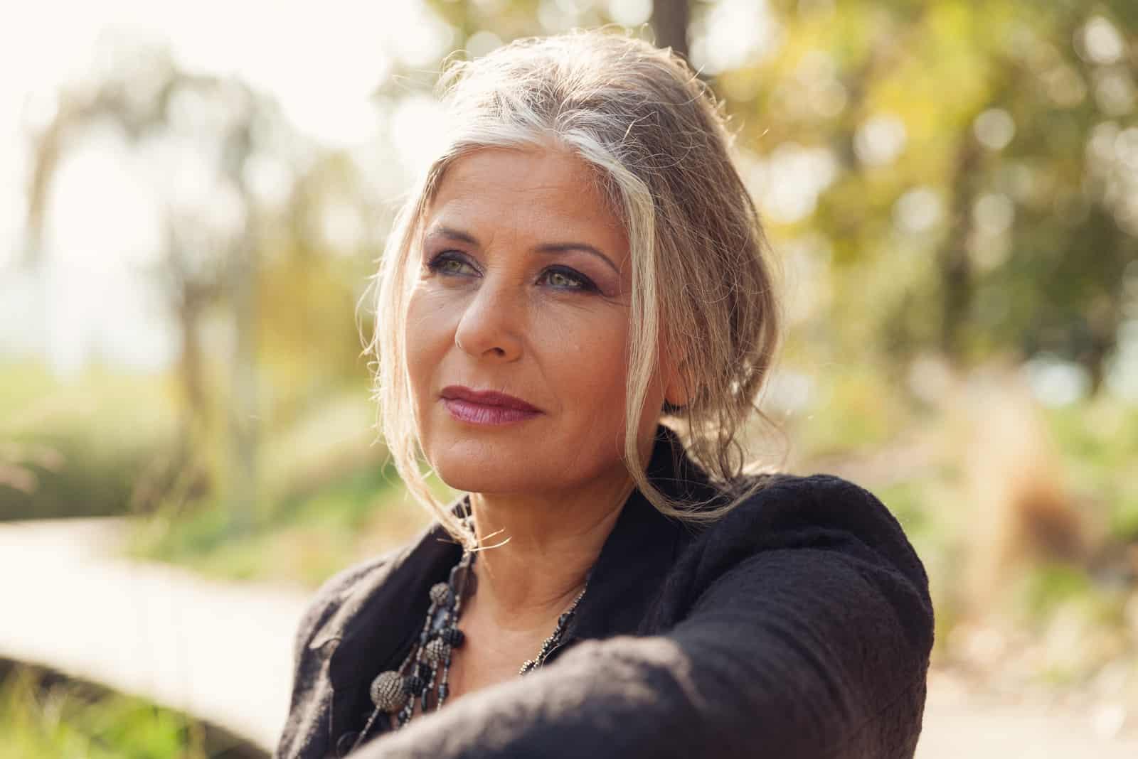 Fünfzigjährige Frau im Freien