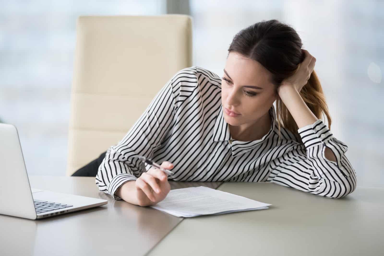 Gelangweilte Sekretärin, die sich nicht motiviert fühlt