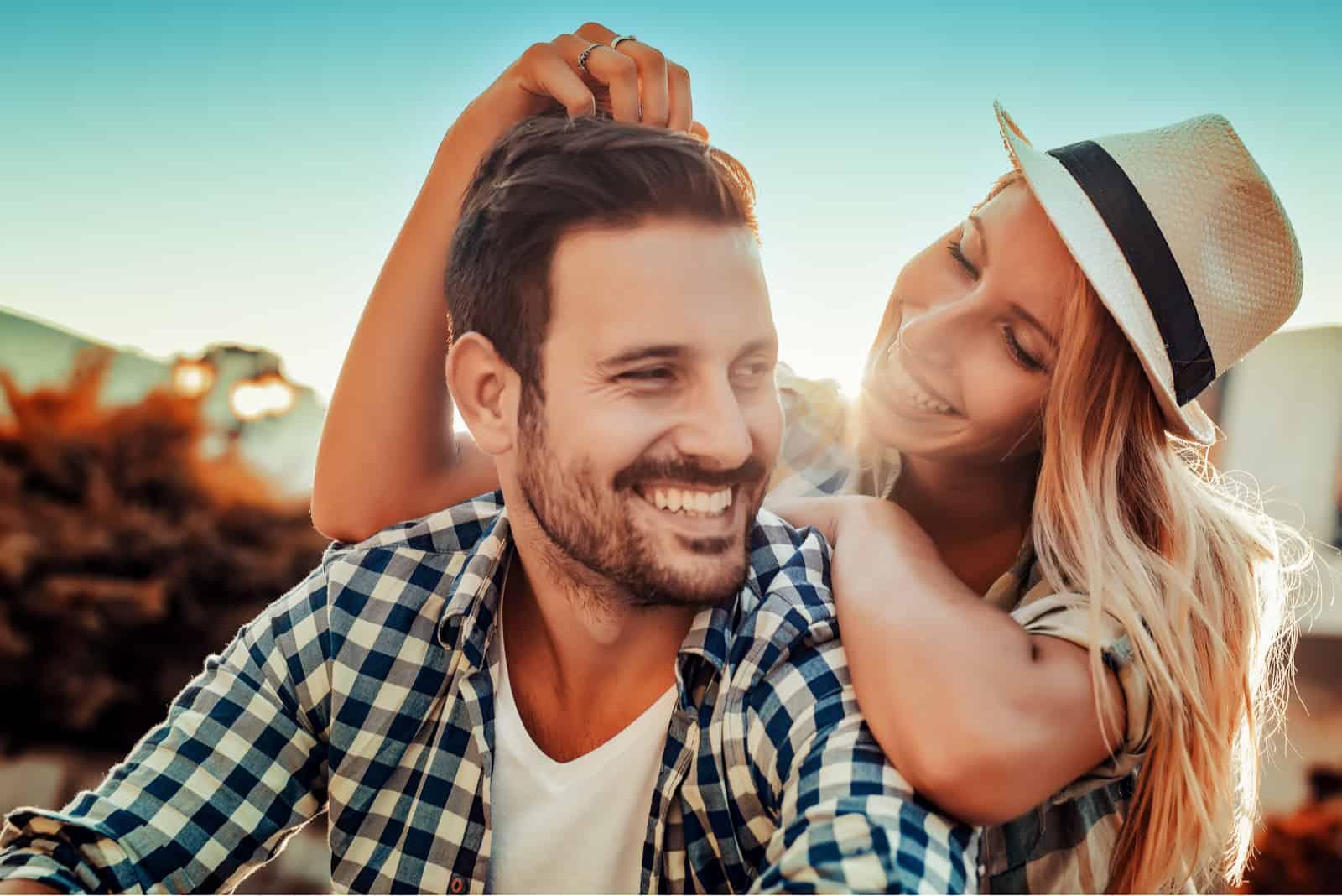 Lächelndes Paar im Freien verliebt
