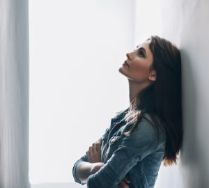 traurige nachdenkliche Frau allein zu Hause