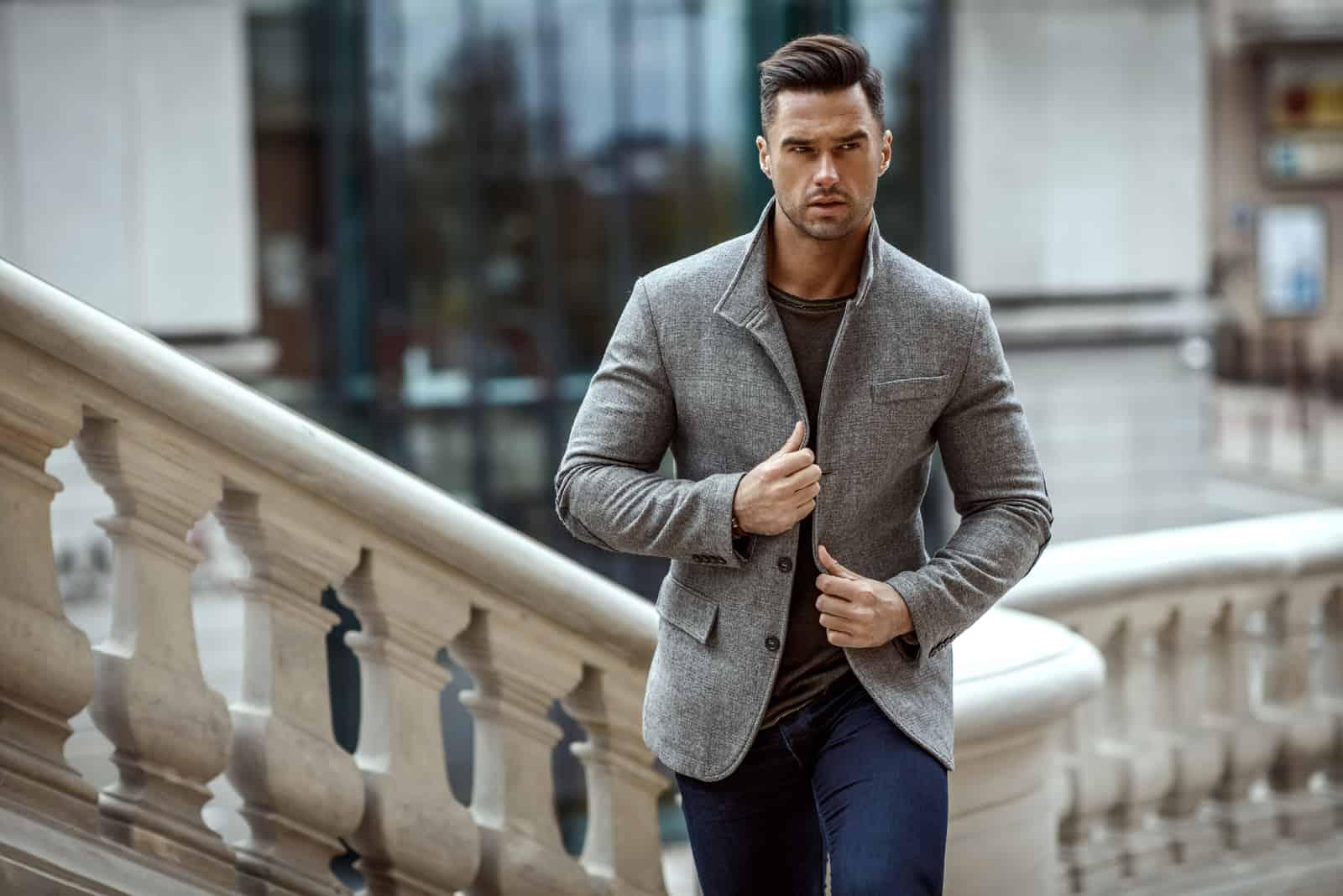 Mann im modischen Outfit zu Fuß