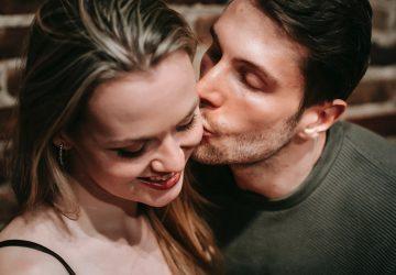 Ein Mann küsste eine Frau auf die Wange