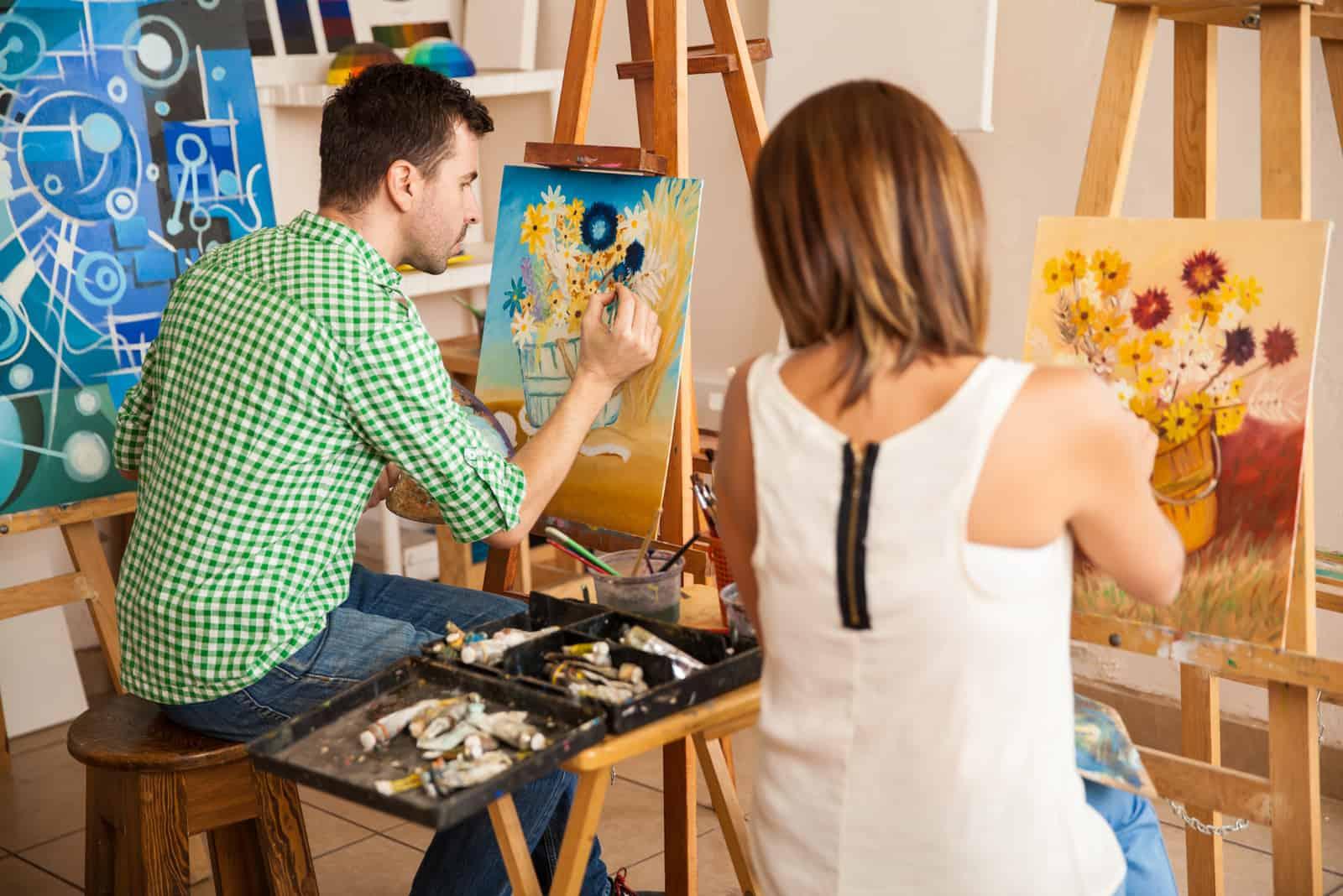 Paar arbeitet an ihren eigenen Gemälden