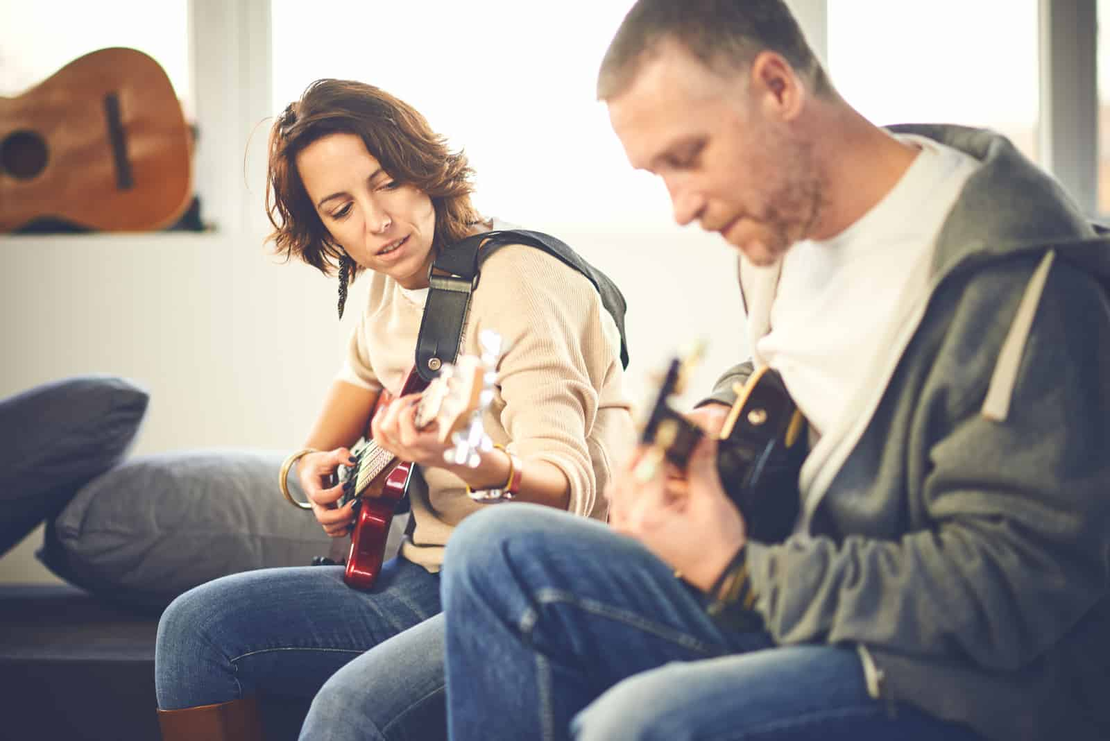 Paar spielt E-Gitarren
