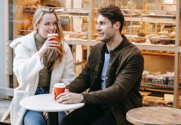 ein Paar mit Verabredung in einer Straßencafeteria