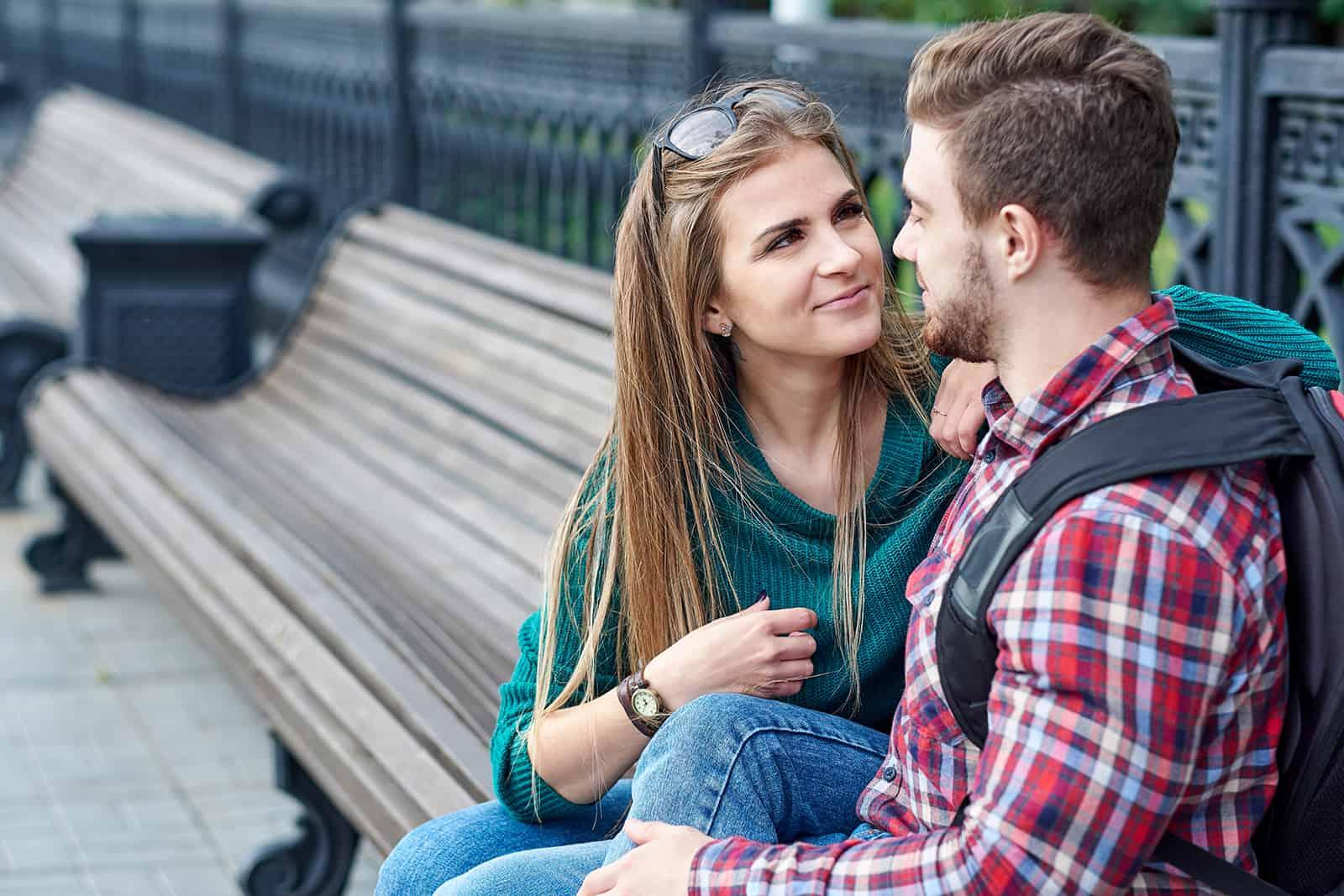 ein liebendes Paar sitzt auf der Bank