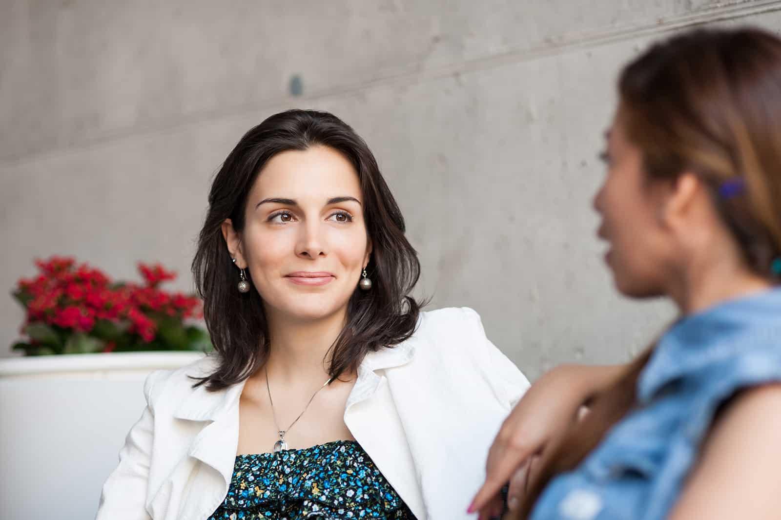Zwei Frauen unterhalten sich im Café und sehen sich an