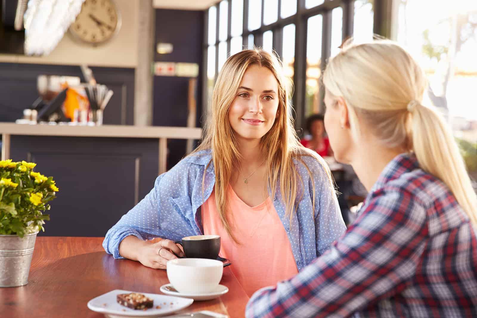 Zwei Freundinnen sprechen in einem Café