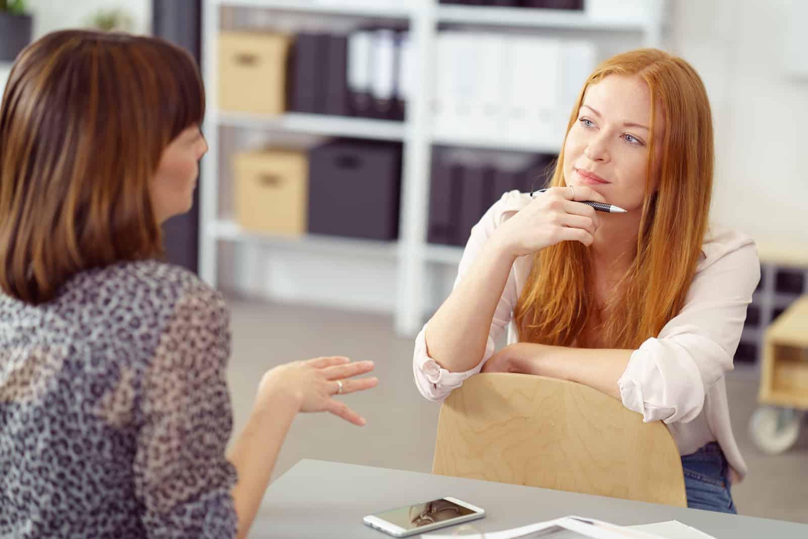 Zwei Geschäftsfrauen haben ein informelles Treffen