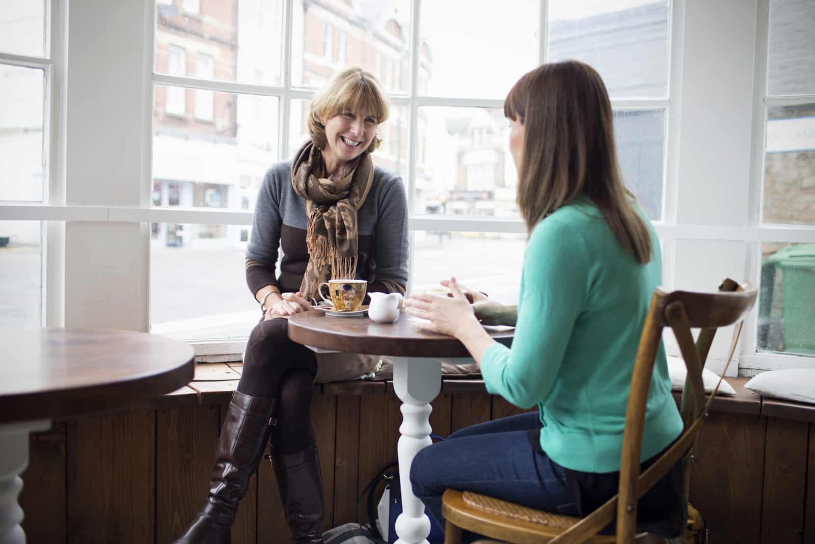 Zwei reife Freundinnen treffen sich im Café