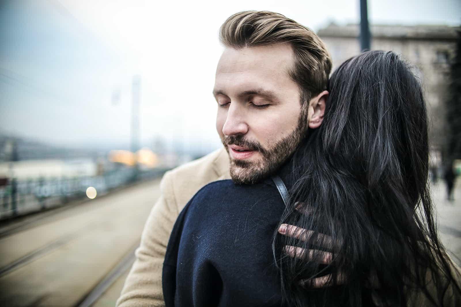 Ein Mann umarmt eine Frau auf der Straße