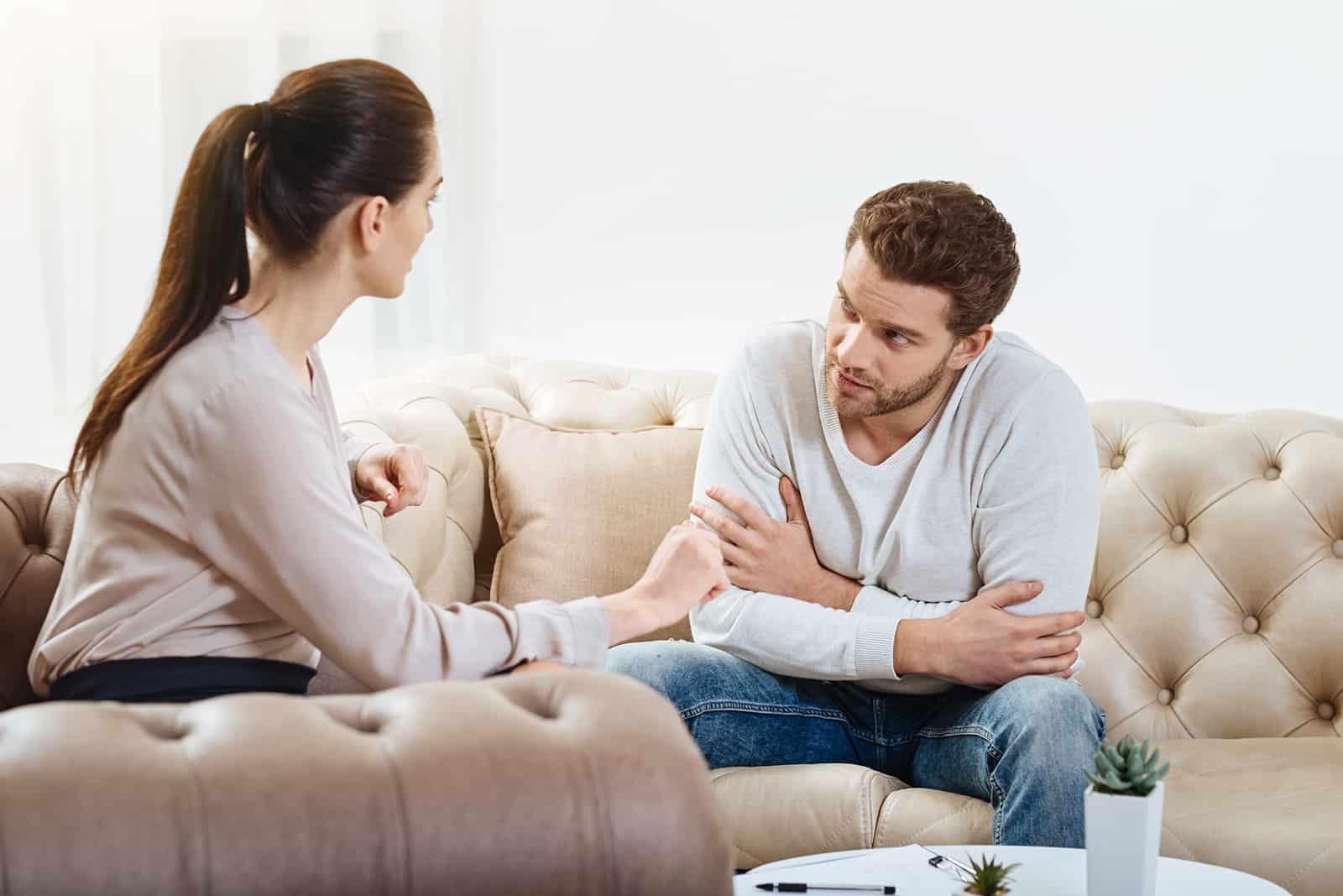 Ein Mann hört einer Frau während eines Gesprächs aufmerksam zu