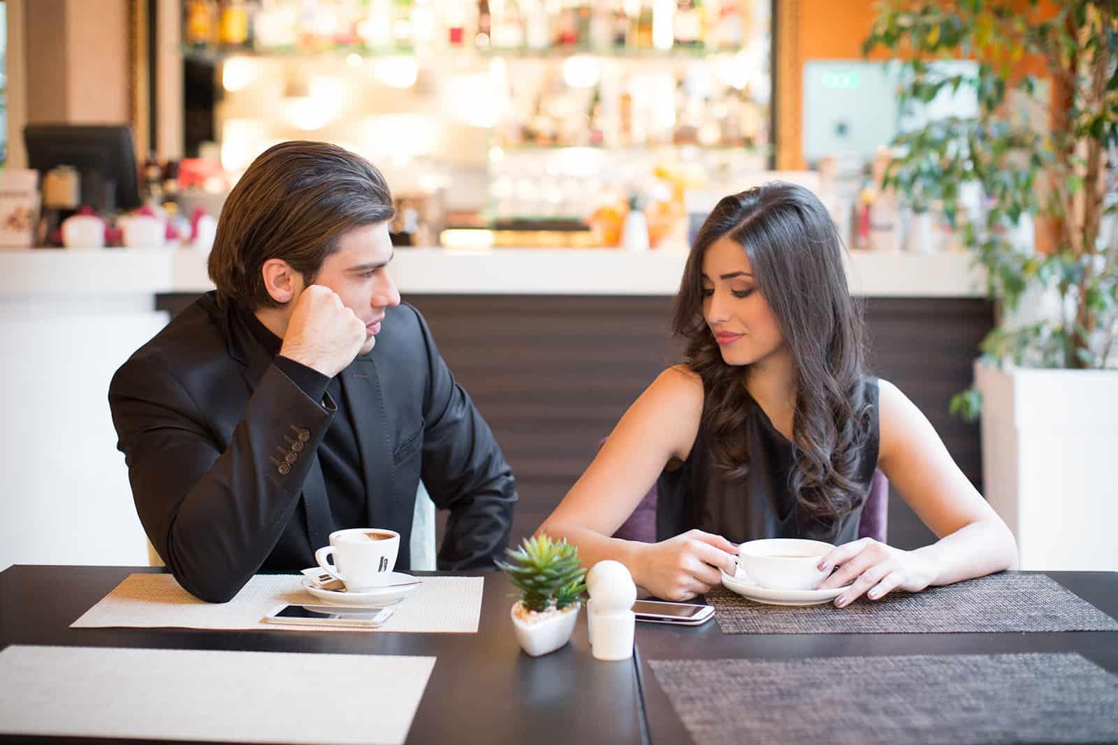 ein Paar sitzt in einem Restaurant und trinkt Kaffee