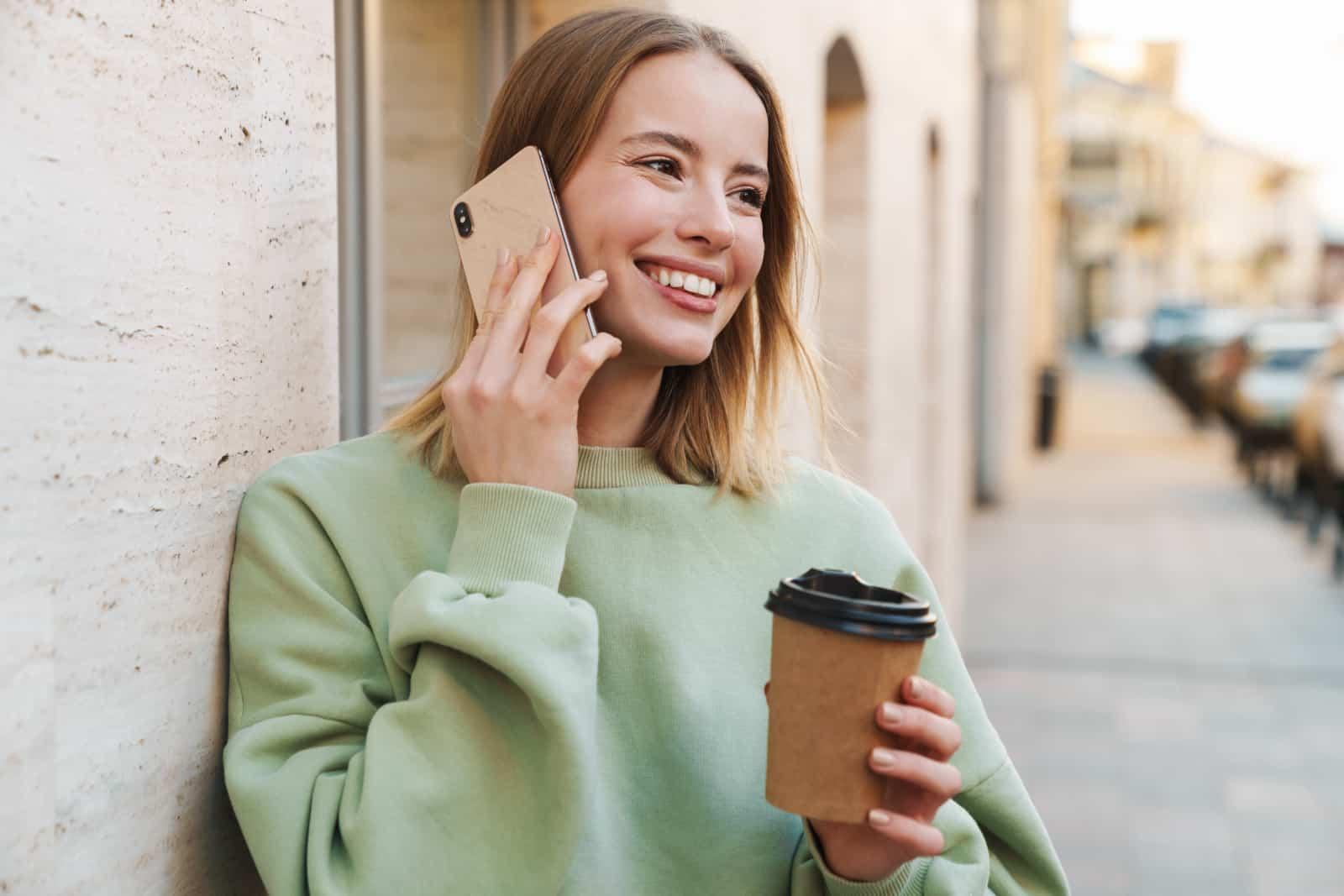 ein lächelndes Mädchen am Telefon