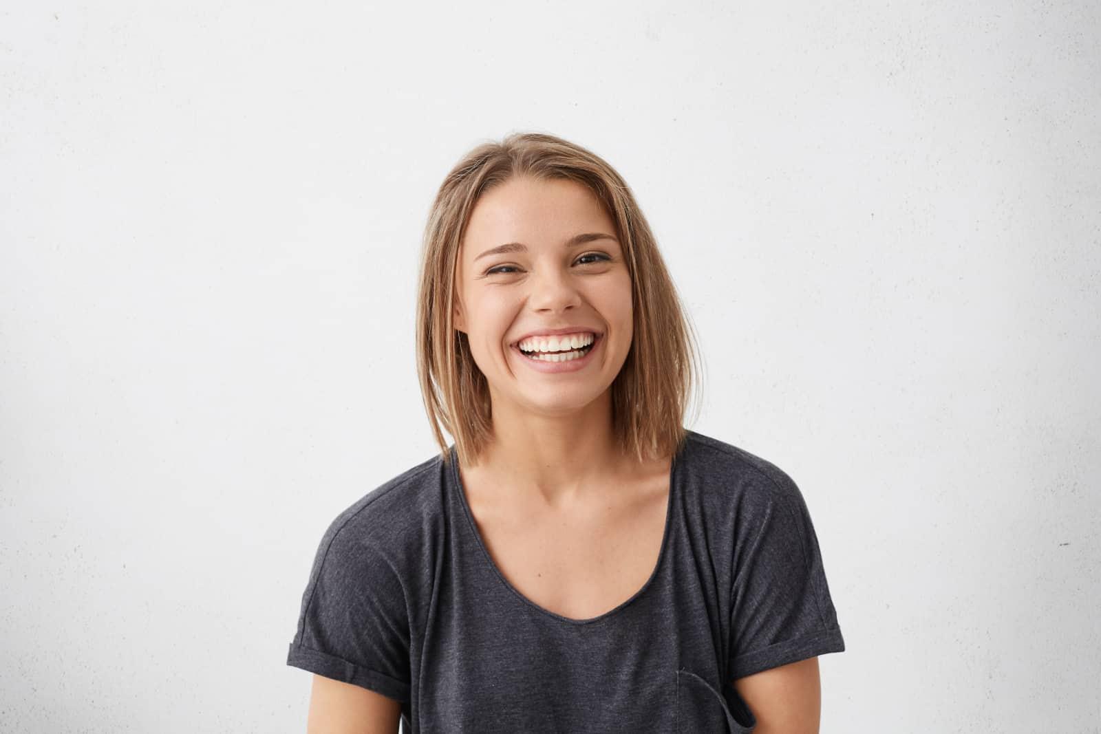 ein lächelndes Mädchen posiert