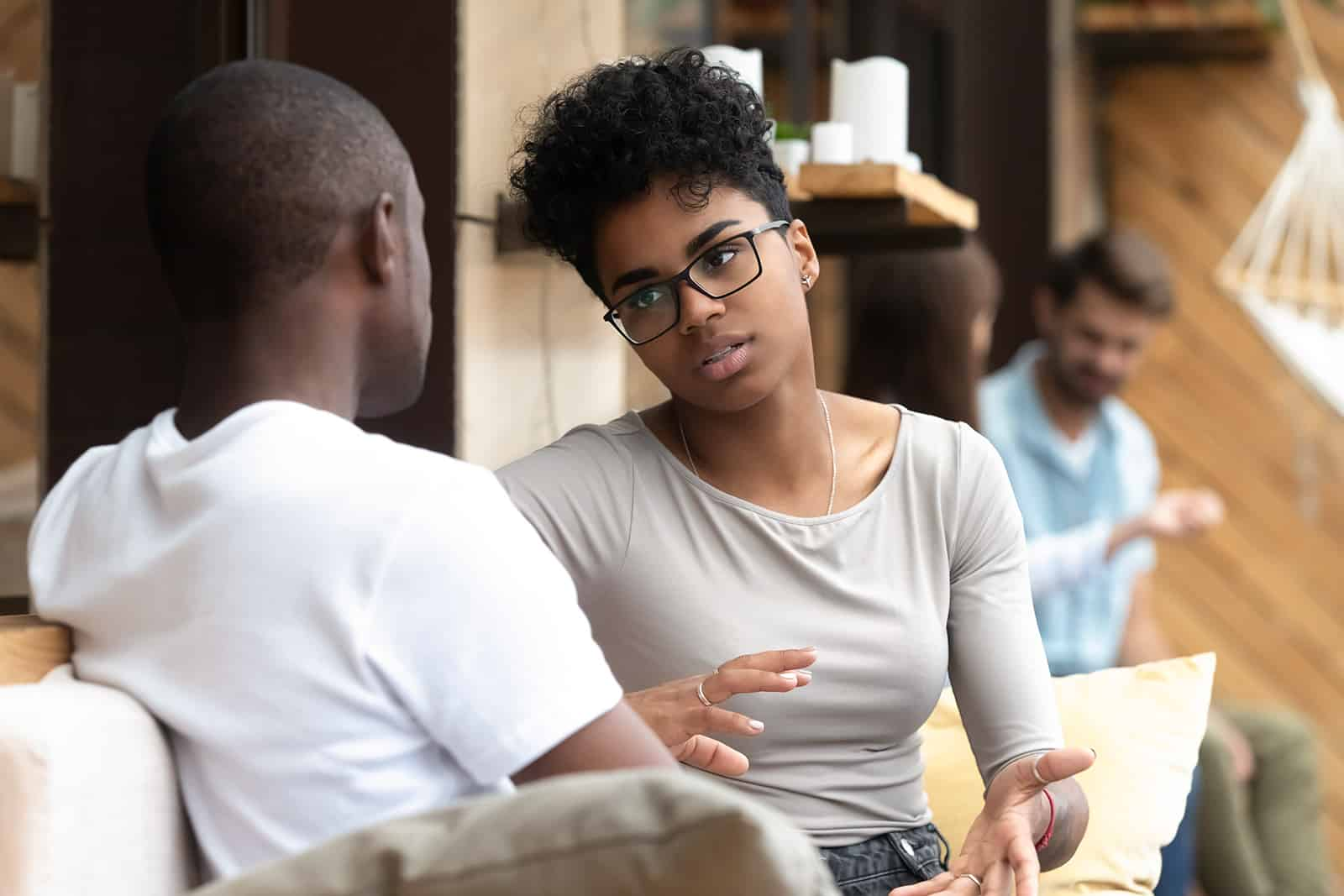eine Frau, die mit einem Mann im Café spricht