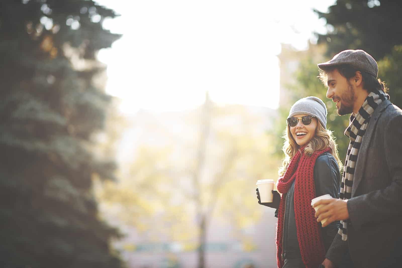 eine lächelnde Frau, die mit einem Mann auf einem Date geht