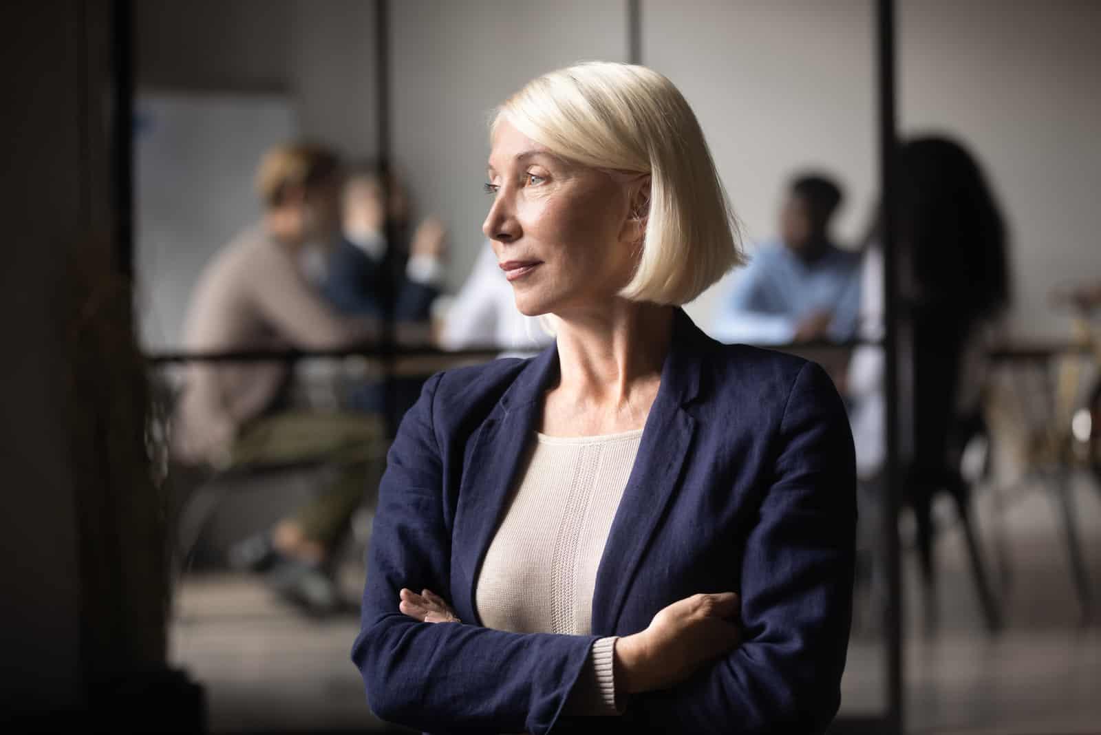 erfolgreiche alte Geschäftsfrau mittleren Alters