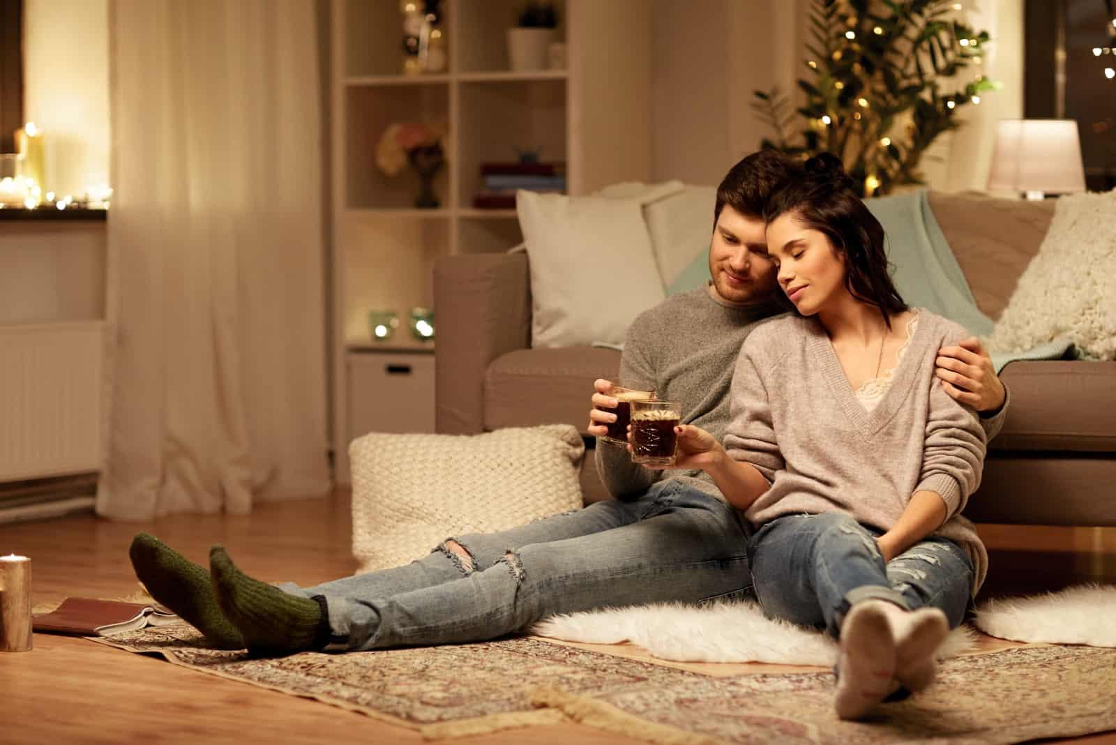 glückliches Paar, das Kaffee trinkt