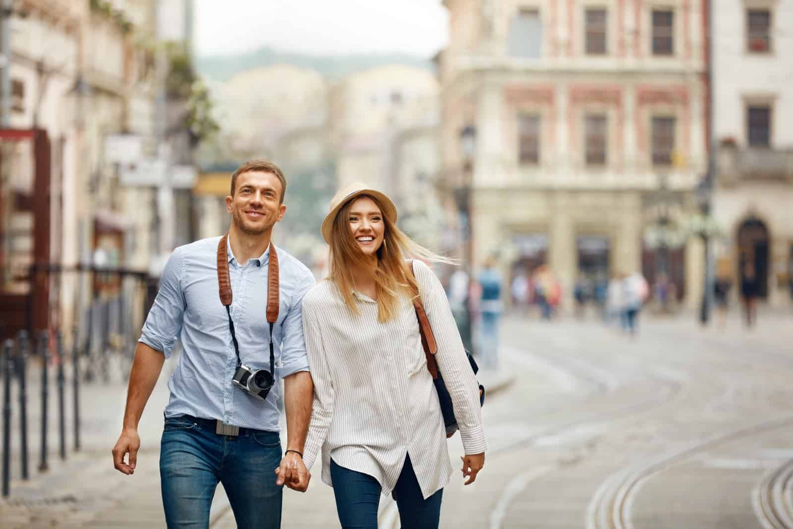 glückliches junges Paar auf Reise