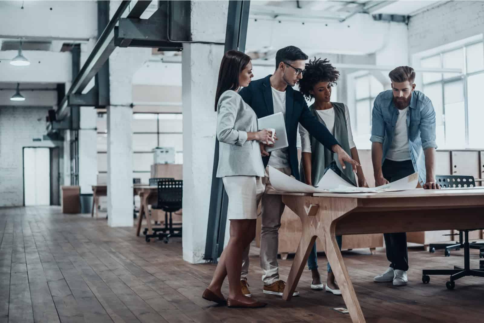 junge Geschäftsleute, die im kreativen Büro zusammenarbeiten