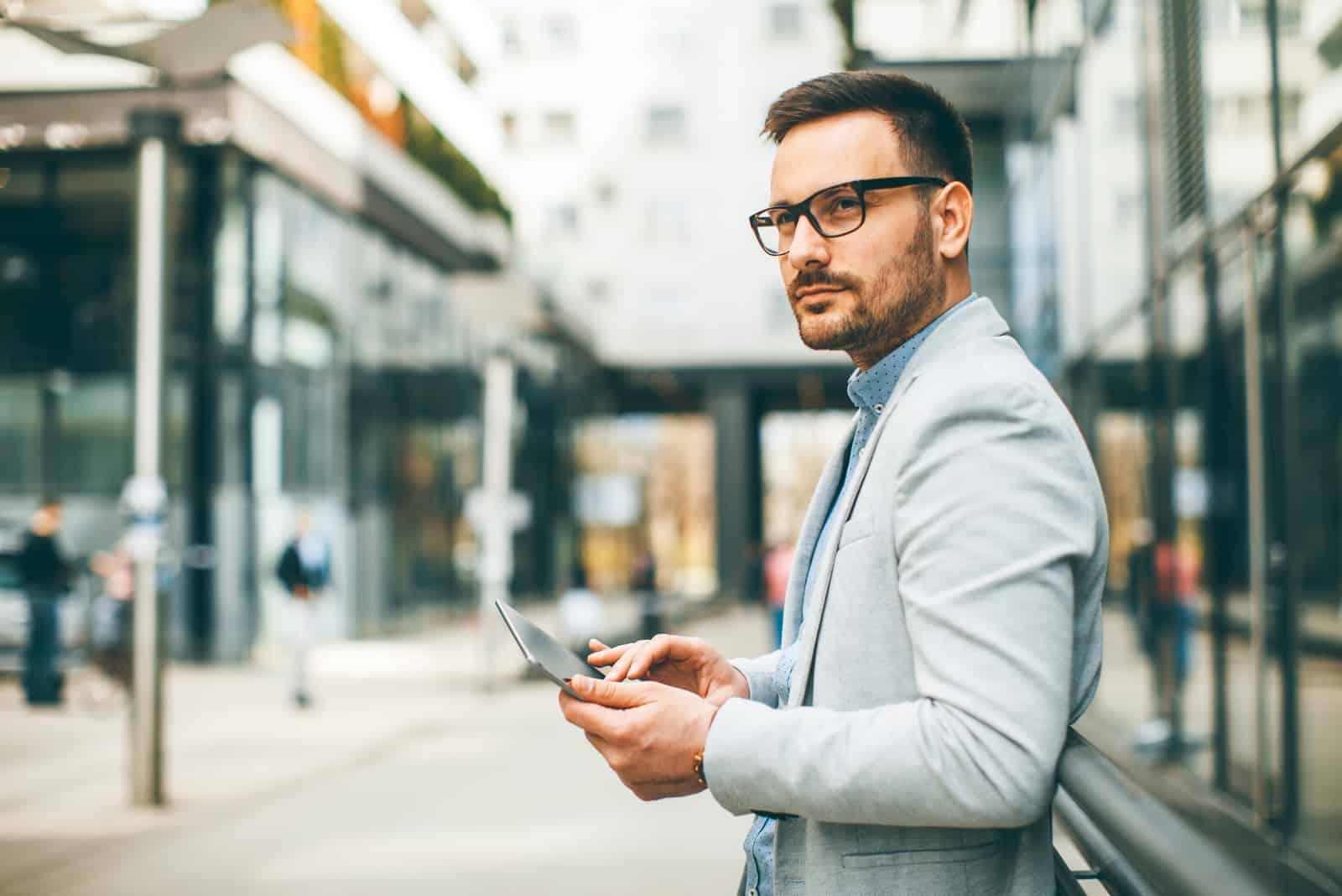 junger Geschäftsmann mit digitaler Tablette