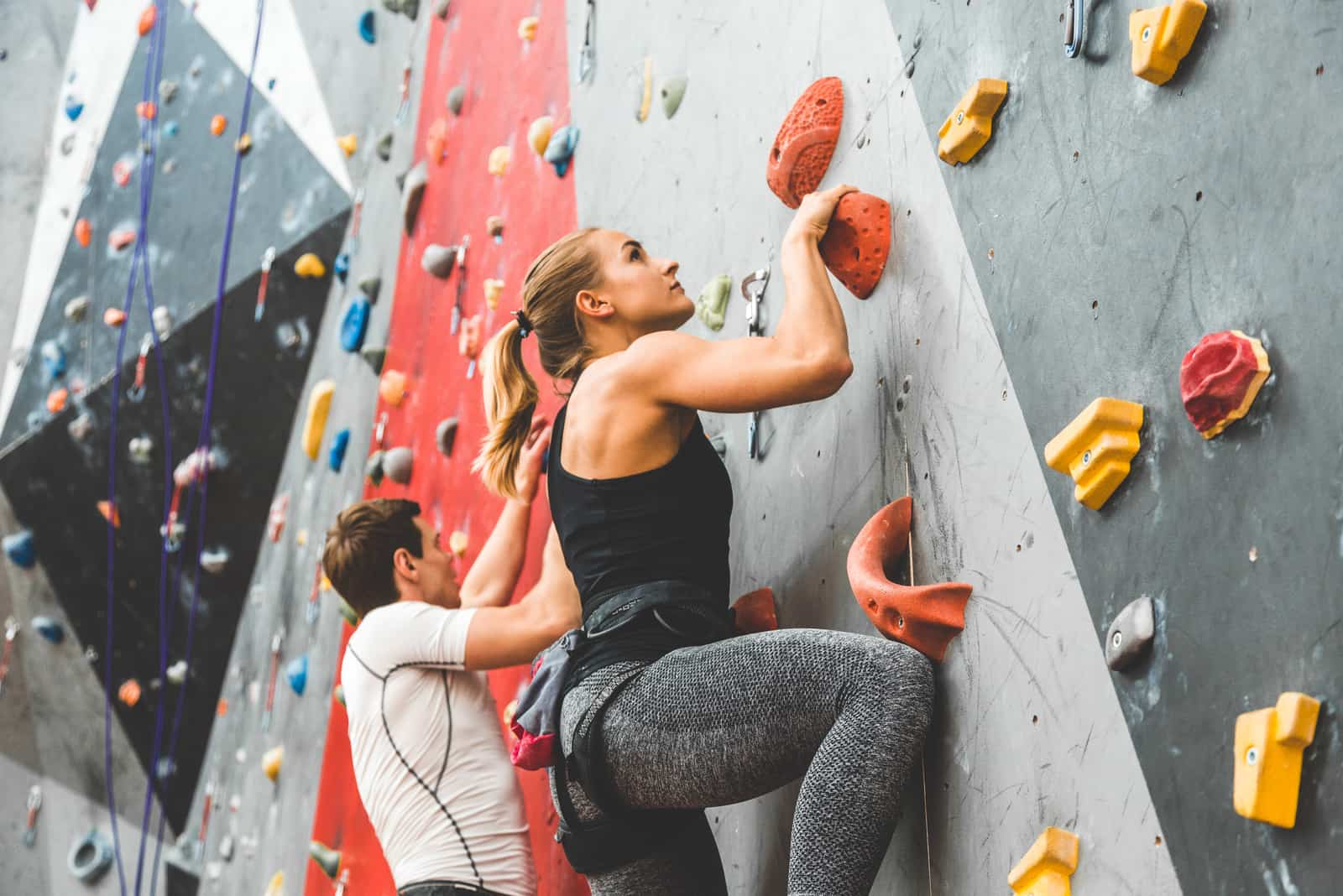 junges Paar Bouldern
