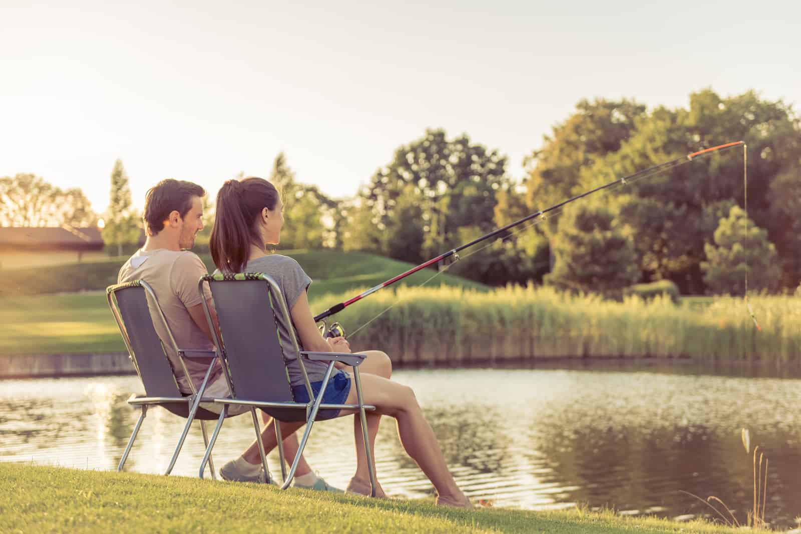 junges Paar sitzt und fischt