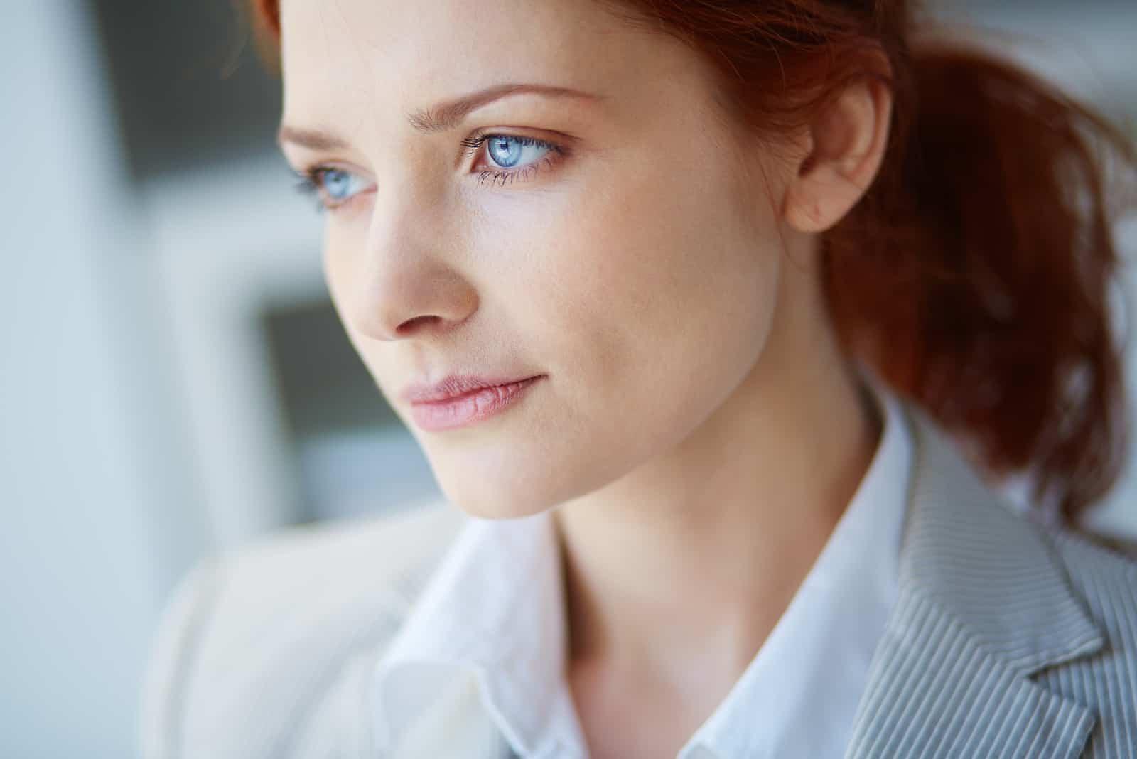 nachdenkliche Frau mit blauen Augen