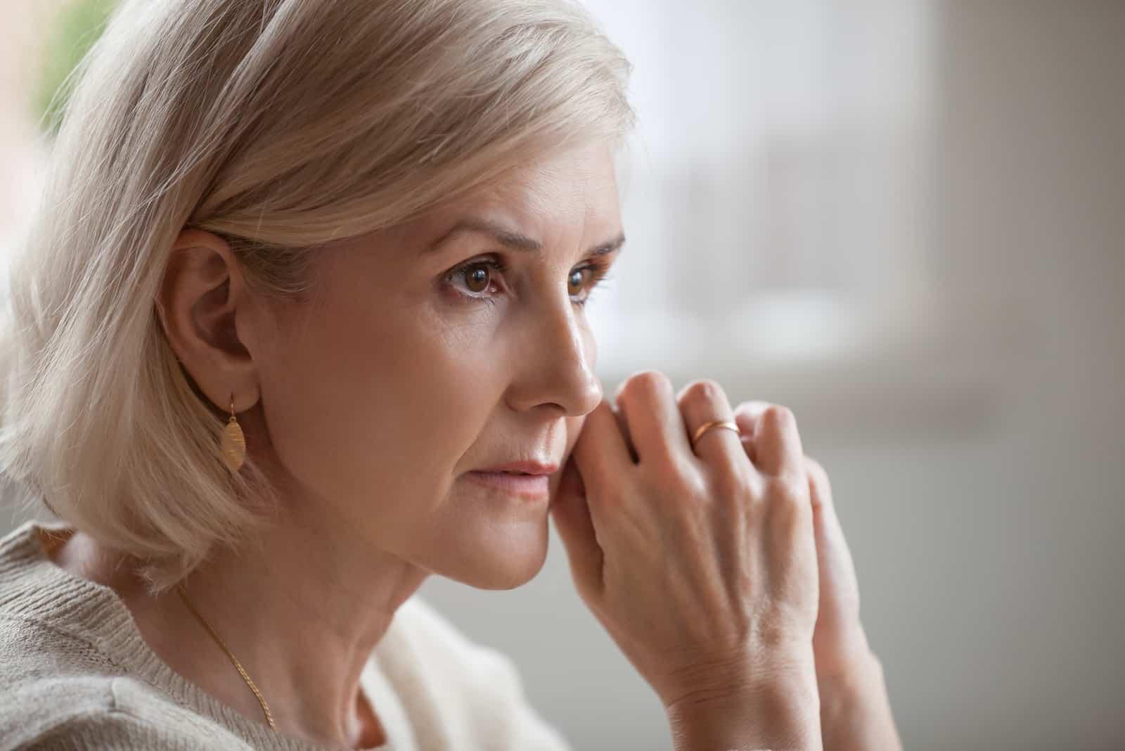 reife ältere Frau, die sich besorgt fühlt