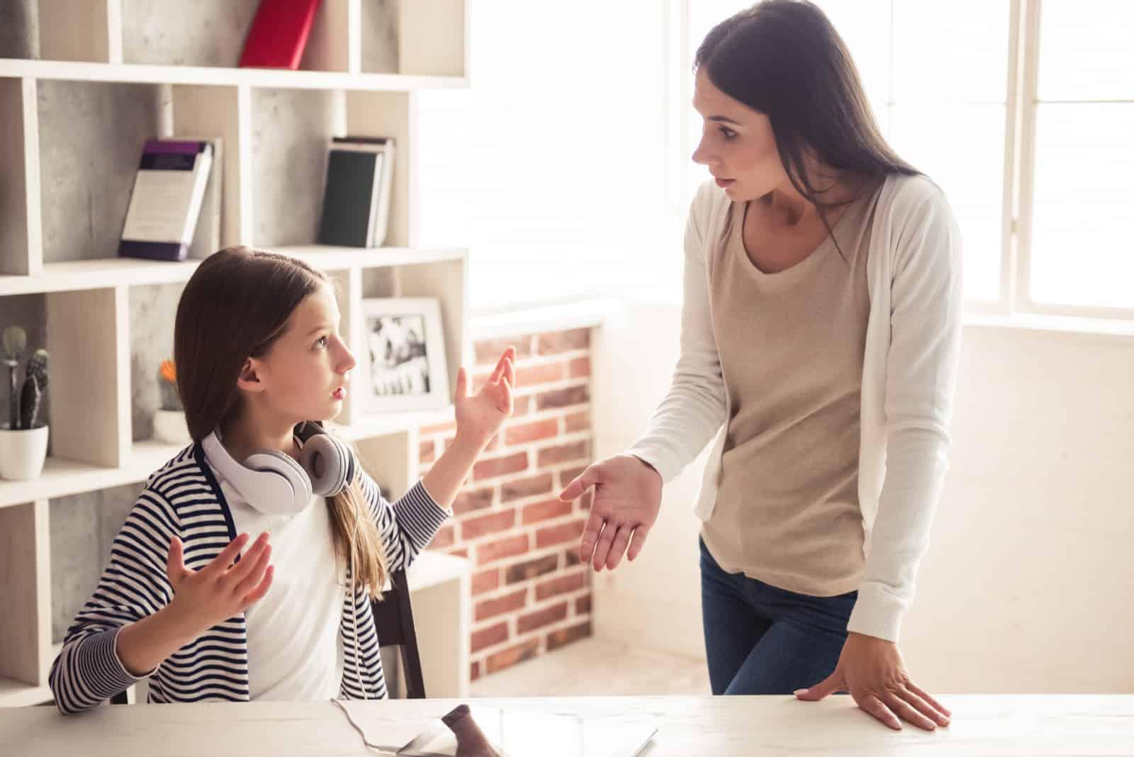 Das besorgte Teenager-Mädchen und ihre Mutter streiten sich zu Hause