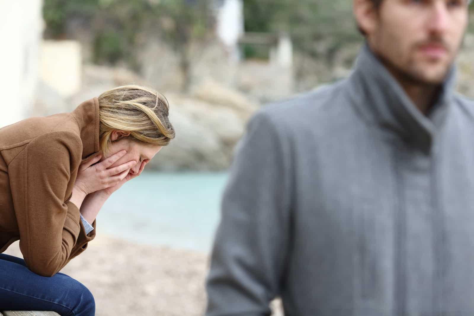Der Mann verließ die traurige weinende Frau