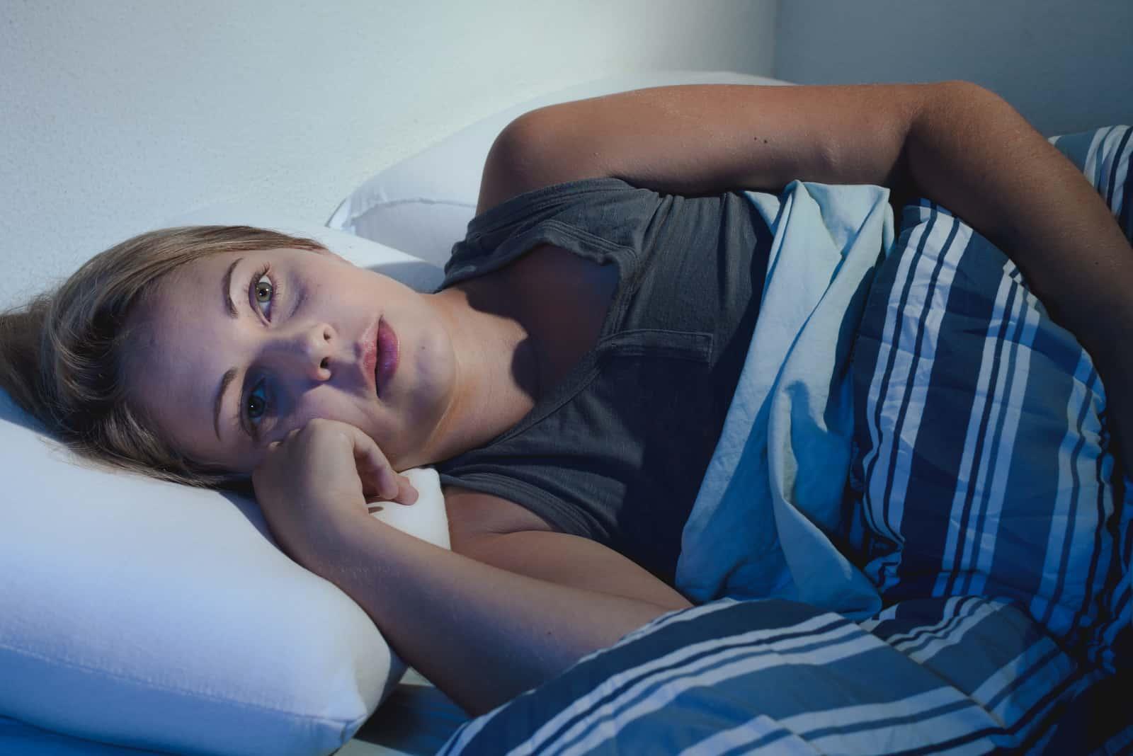 Die Frau liegt im Bett