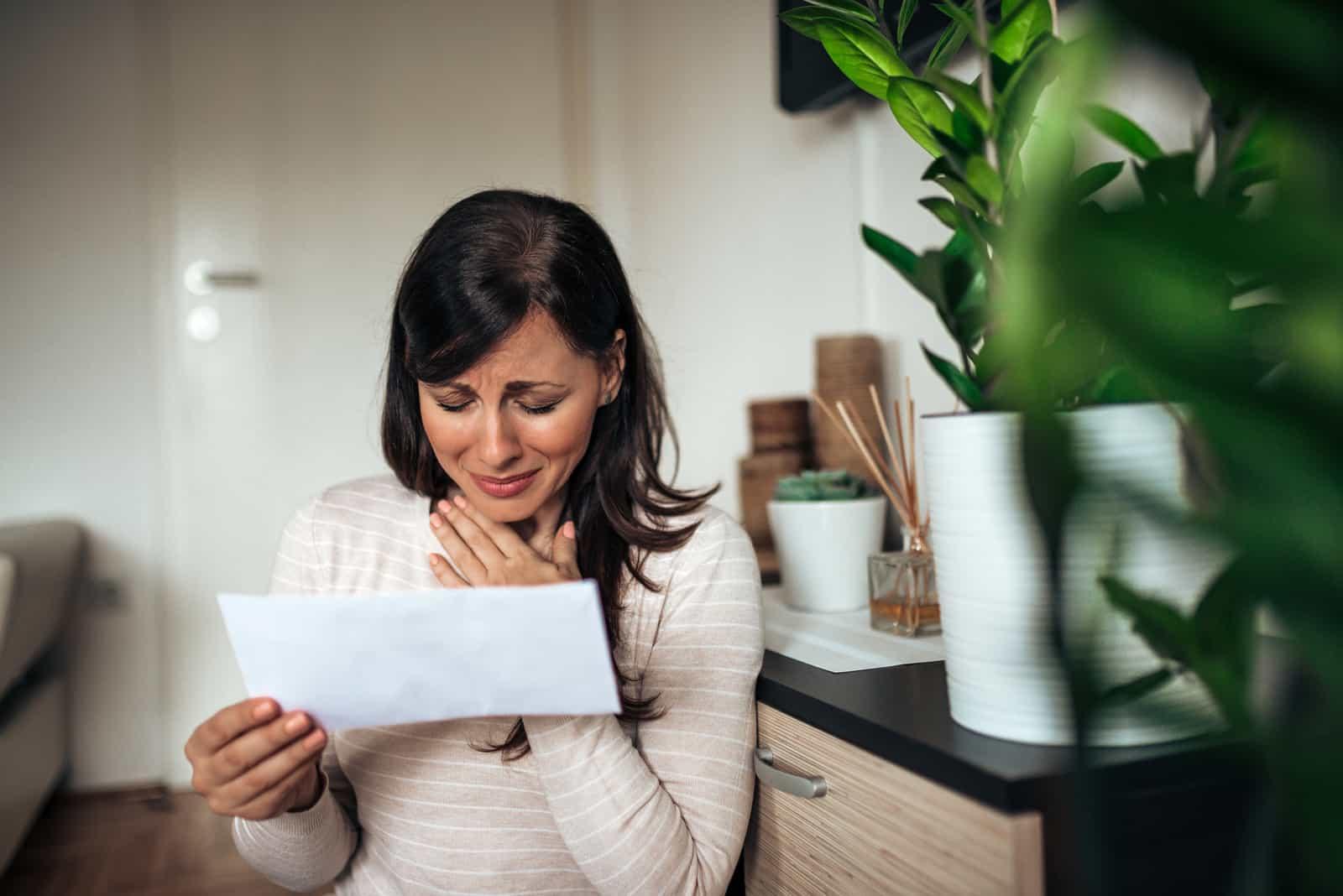 Die Frau liest den Brief und weint