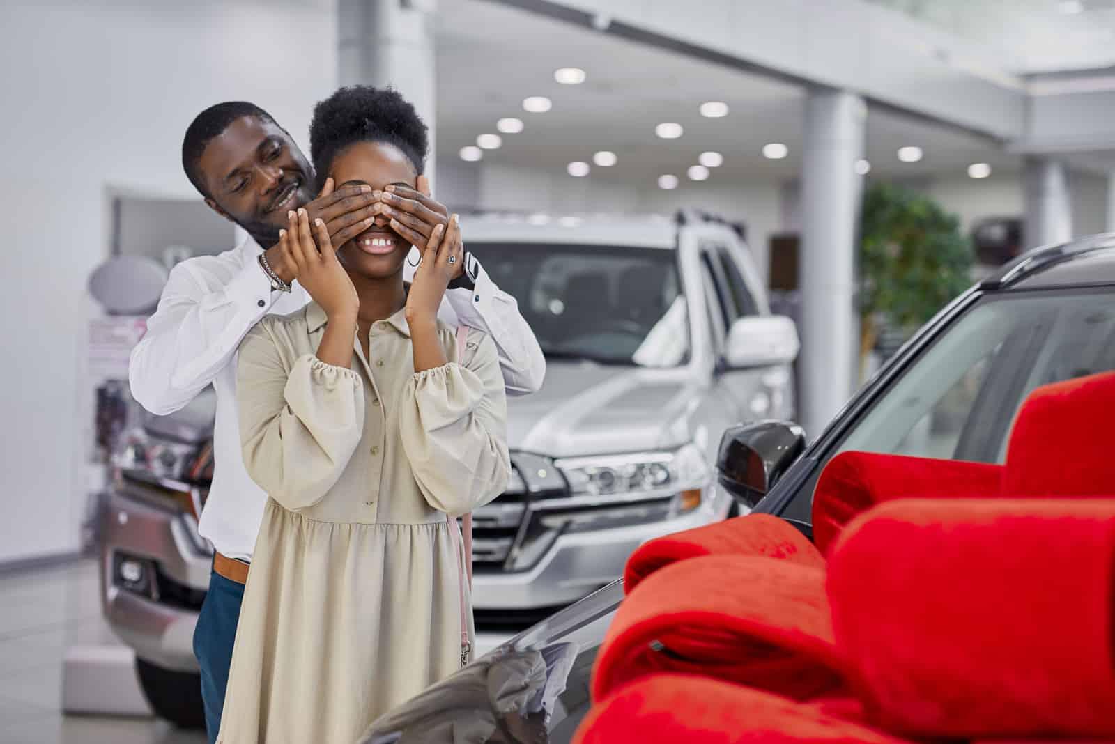 Ein Mann gibt seiner Frau ein Auto