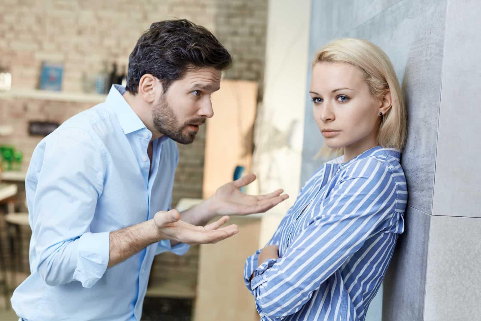 Ein Mann schreit eine traurige Frau an