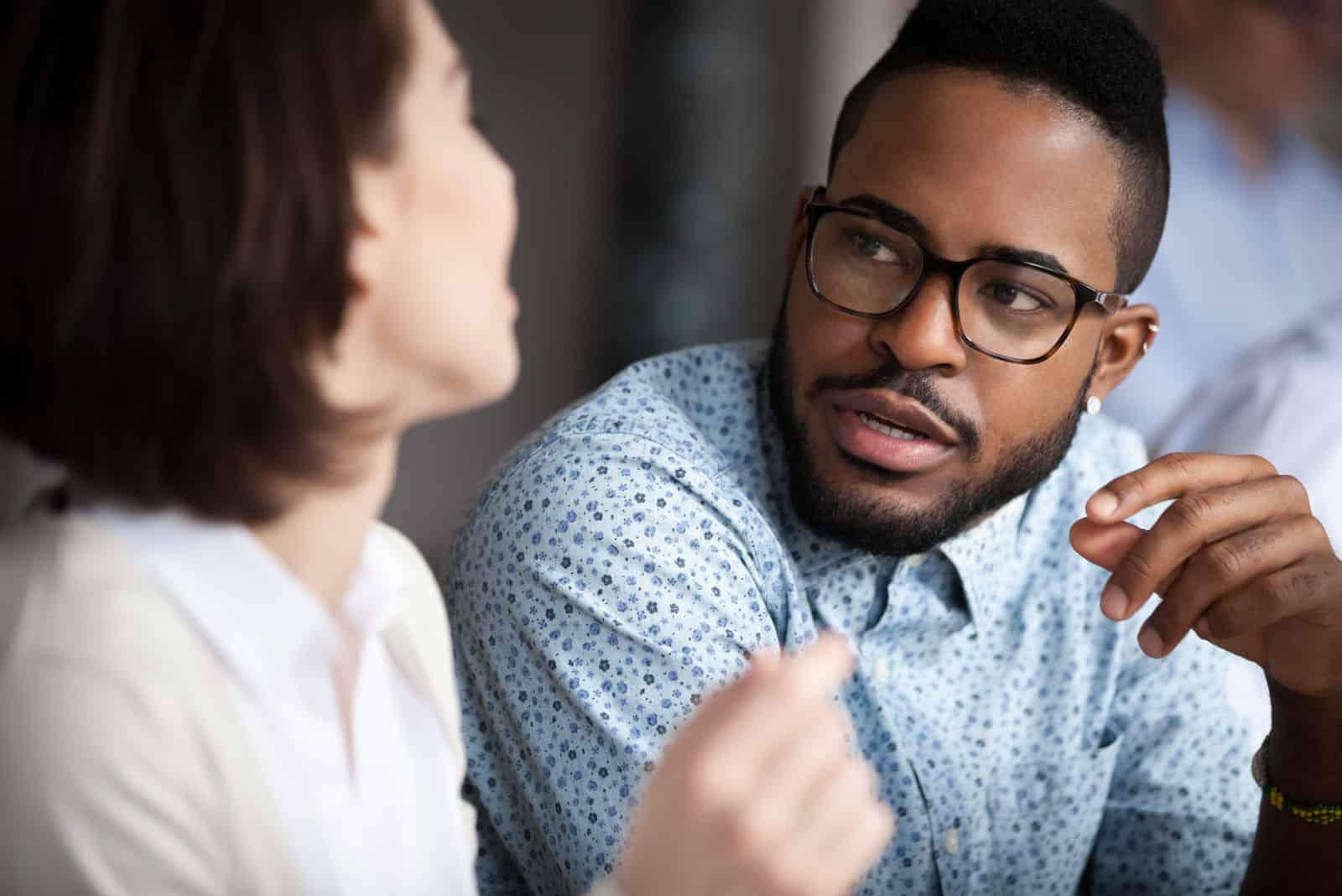 Ein Mann und eine Frau reden