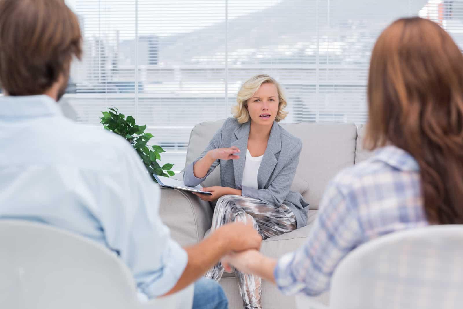 Ein Mann und eine Frau sprechen mit einem Therapeuten